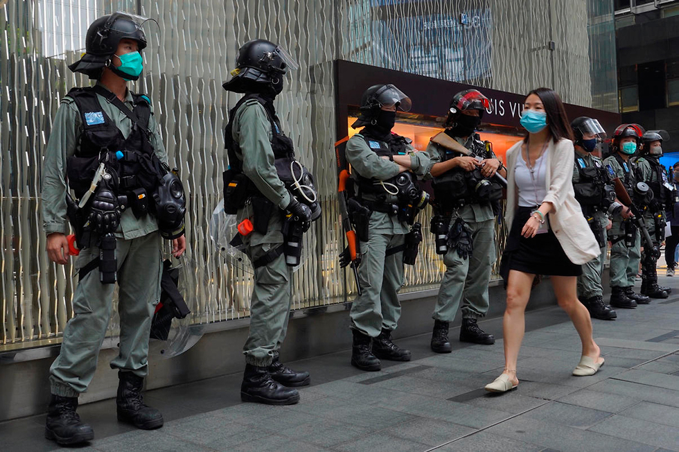 Police forces on the streets of Hong Kong  ()
