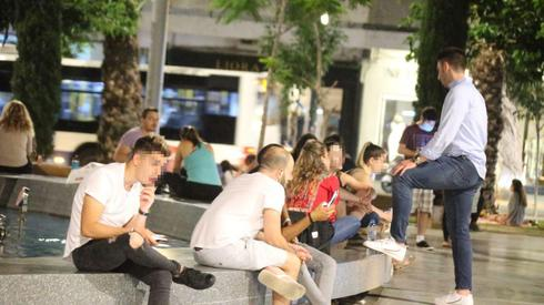 Young people socialize in Tel Aviv without face masks during the pandemic  ()