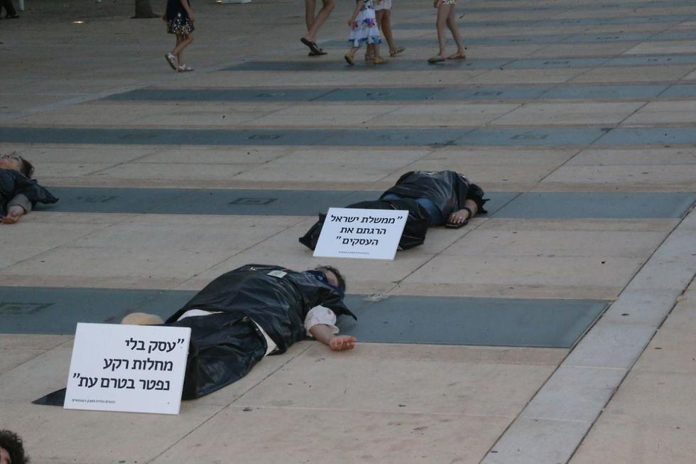 מייצג הגופות במסגרת מחאת העצמאים בכיכר הבימה בת