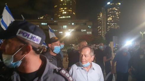 Amnon Abramovich is escorted from a right-wing protest in Tel Aviv  ()