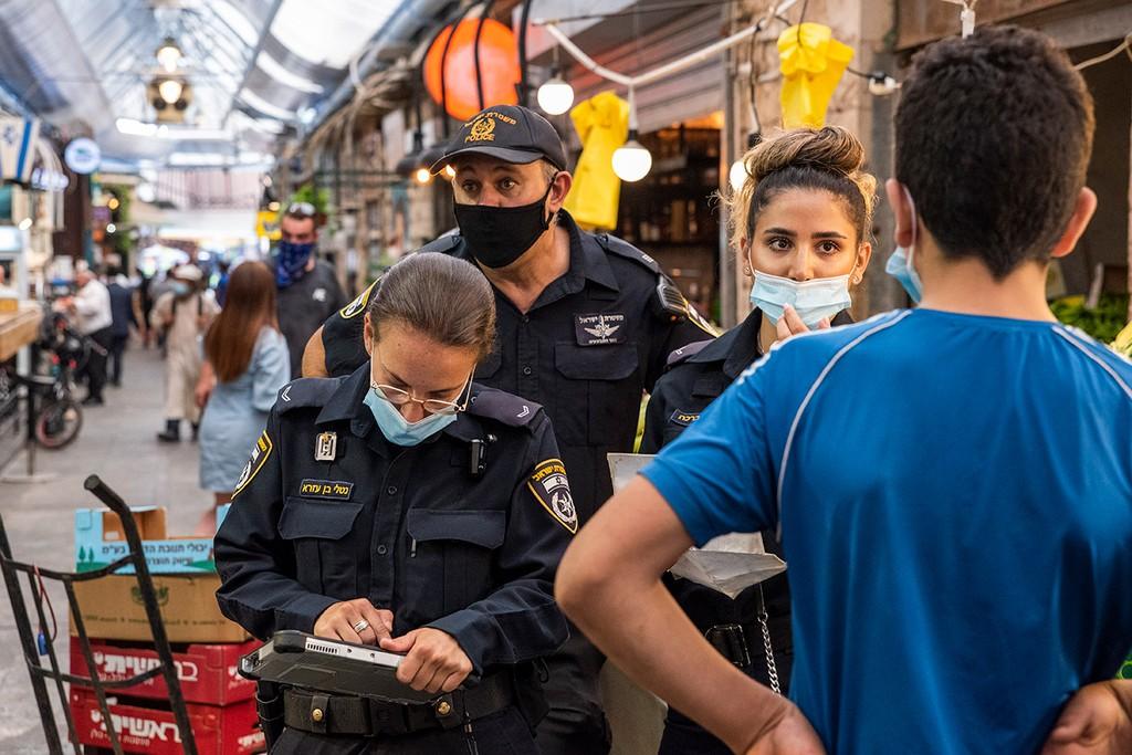 אזרחים מקבלים דוחות על אי חבישת מסכה (צילום: שלו שלום)