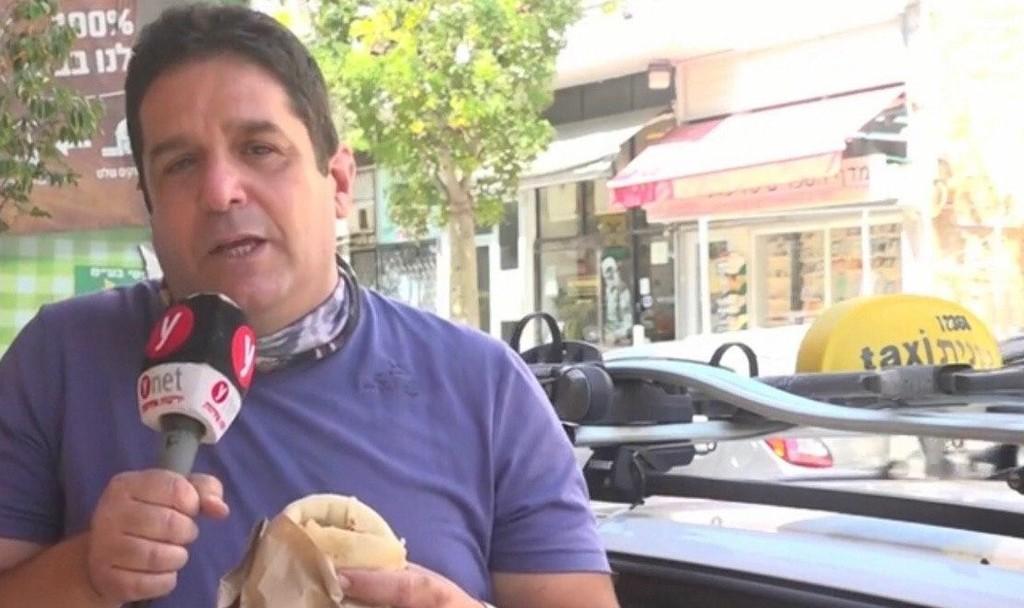 המונה טועם מגיע ל-ynet עם ביקורת אוכל רחוב זול (צילום: מתוך הסרטון)